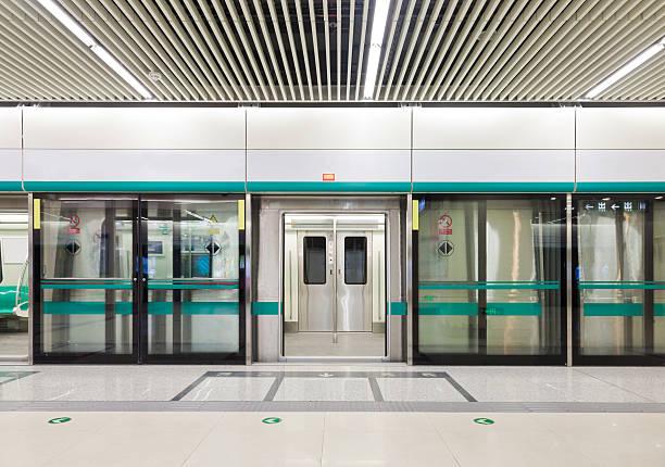 Subway train doors opened:スマホ壁紙(壁紙.com)