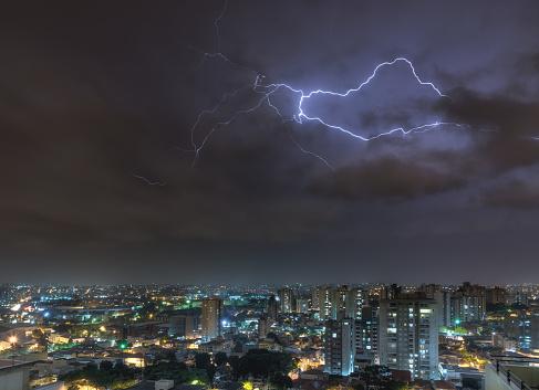 雷「Lightnings over the city」:スマホ壁紙(11)
