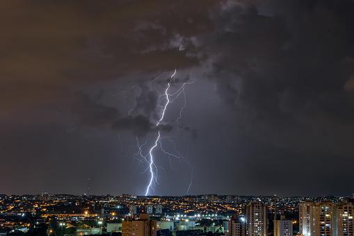 雷「Lightnings in a stormy night in the city」:スマホ壁紙(13)