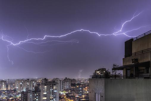 雷「Lightnings in a stormy night in the city」:スマホ壁紙(17)