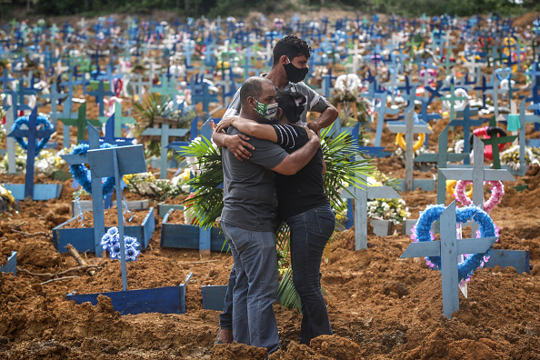 Cemetery「Coronavirus Pandemic Overwhelms Brazilian City Of Manaus」:写真・画像(1)[壁紙.com]