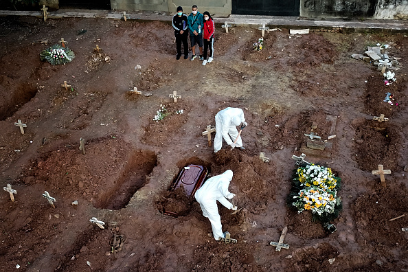 Cemetery「A COVID - 19 Burial Amidst the Coronavirus Pandemic」:写真・画像(16)[壁紙.com]