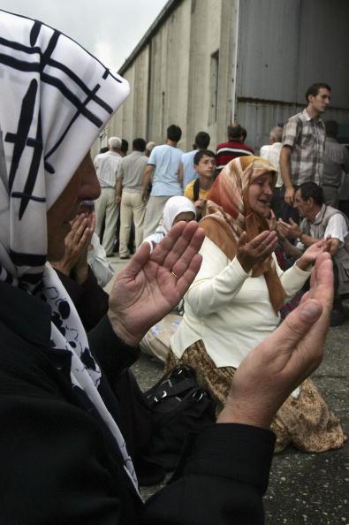 Marco Di Lauro「Srebrenica Prepares For Mass Funeral To Commemorate 10th Anniversary Of Massacre」:写真・画像(17)[壁紙.com]