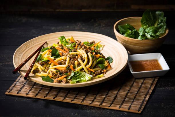 Asian mincemeat salad with macaroni, ginger, chili, garlic, carrot, spring onion, soy lemon sauce:スマホ壁紙(壁紙.com)