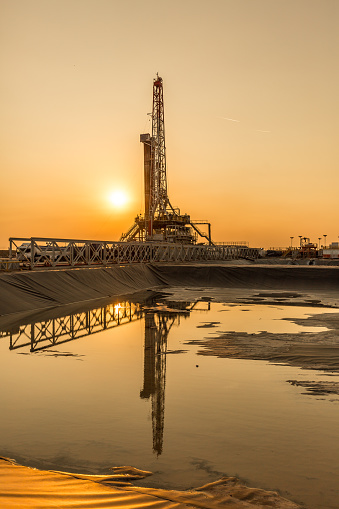 Oil Industry「Oil fracking rig at sunset」:スマホ壁紙(3)