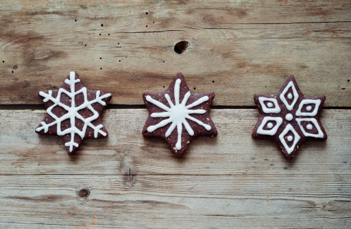 Gingerbread Cookie「Three gingerbread stars decorated with sugar icing on wooden table」:スマホ壁紙(3)