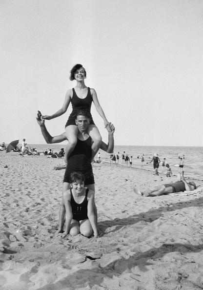 水着「Man Giving Piggyback At Beach」:写真・画像(13)[壁紙.com]