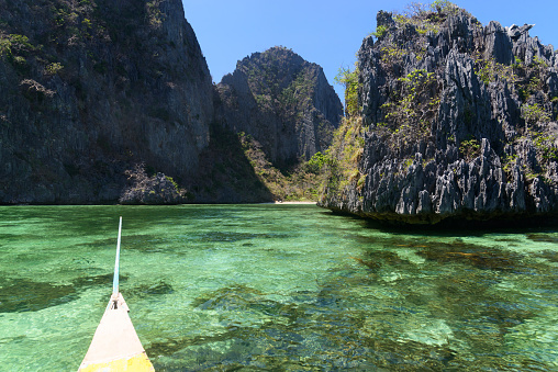 Philippines「Boat passing by a lagoon on Coron Island, Palawan.」:スマホ壁紙(9)