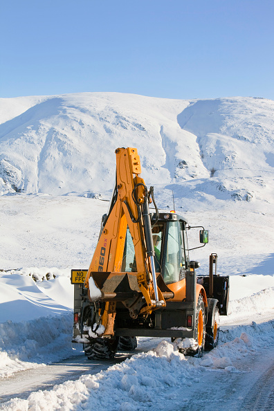 Spray「Charlie Middleton, an employee of cumbria vounty council clears snow from the blocked Kirkstone Pass, the highest mountain pass in the Lake District. Last year Charlie spent a season down in Antarctica, driving buldozers for the British Antarctic Survey.」:写真・画像(18)[壁紙.com]