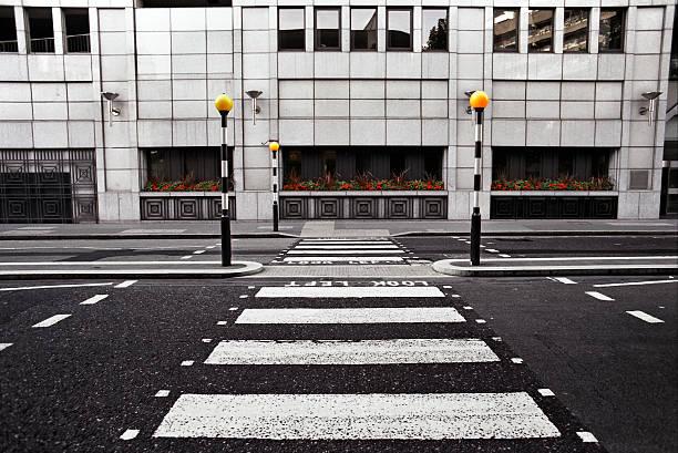 Empty pedestrian crossing in London City:スマホ壁紙(壁紙.com)