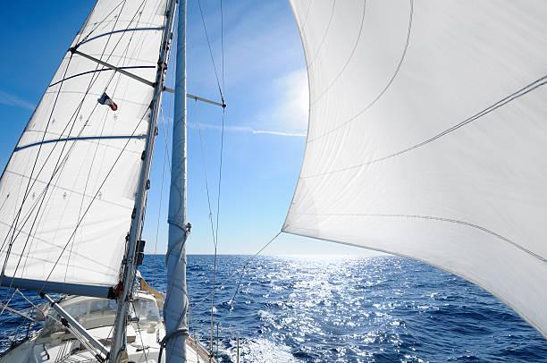Sailing boat with the sun shingn behing sail:スマホ壁紙(壁紙.com)