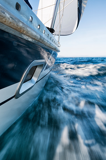 Vertical「Sailing Boat Leaning, Low Wiewpoint, Motion Blurred」:スマホ壁紙(0)
