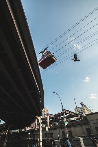 Gondola「New York City's Roosevelt Island Ferry passes along a blue sky in New york City.」:スマホ壁紙(1)