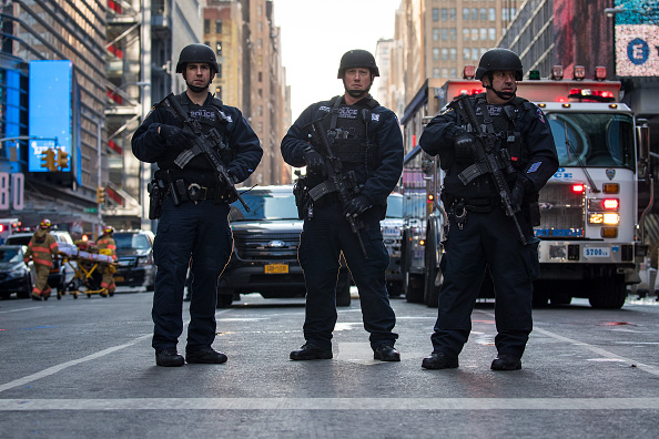 Drew Angerer「Terror Suspect Prematurely Explodes Bomb At NY's Port Authority Bus Terminal」:写真・画像(7)[壁紙.com]