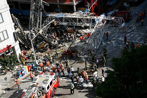 Construction Equipment「Crane Collapses Onto Apartment Building On Manhattan's Upper East Side」:写真・画像(11)[壁紙.com]