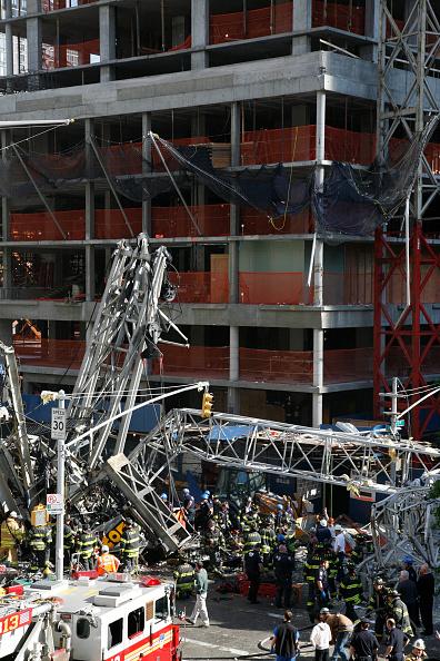 Construction Equipment「Crane Collapses Onto Apartment Building On Manhattan's Upper East Side」:写真・画像(12)[壁紙.com]