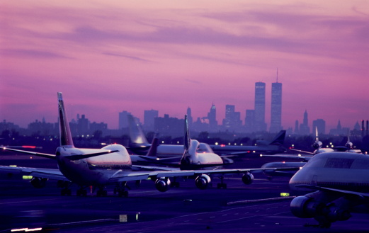 Kennedy Airport「USA, New York City, JFK Airport, aircraft taxiing at sunset」:スマホ壁紙(0)