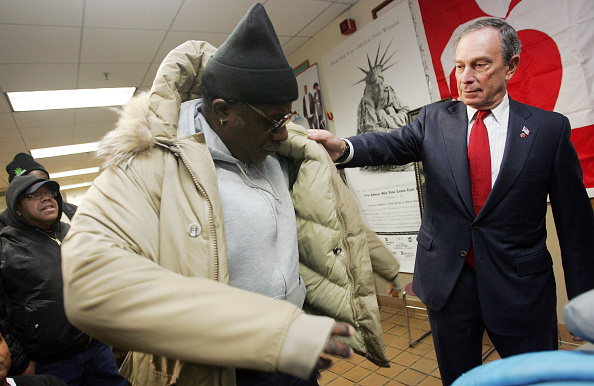 Assistance「New York Mayor Hands Out Coats To The Poor」:写真・画像(16)[壁紙.com]