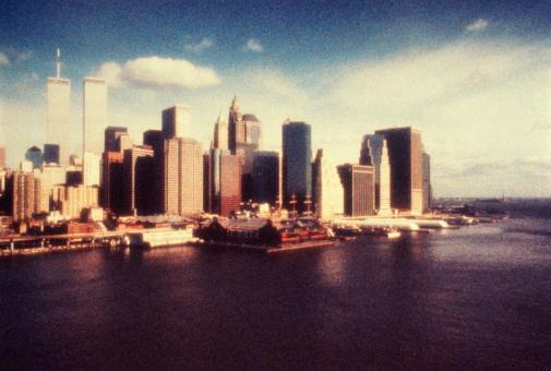 1990-1999「USA, New York City, World Trade Center, view over water (grainy)」:スマホ壁紙(14)