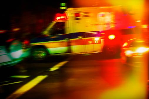 Urgency「USA, New York City, Ambulance at night」:スマホ壁紙(2)