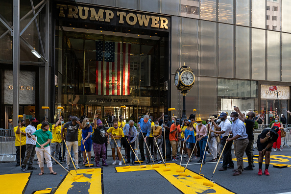 Mural「Black Lives Matter Mural Painted On Street In Front Of Trump Tower」:写真・画像(14)[壁紙.com]