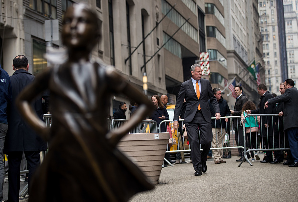 "Fearless Girl Statue「NYC Mayor Bill De Blasio Addresses Press At ""Fearless Girl"" Statue In Manhattan」:写真・画像(13)[壁紙.com]"