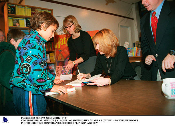 Controversial Author J K Rowling Signing Her Harry Potter Adv:ニュース(壁紙.com)