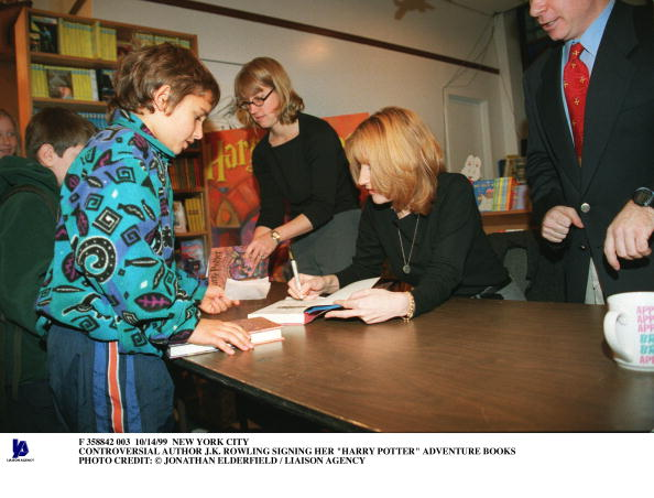 Writing「Controversial Author J K Rowling Signing Her Harry Potter Adv」:写真・画像(4)[壁紙.com]