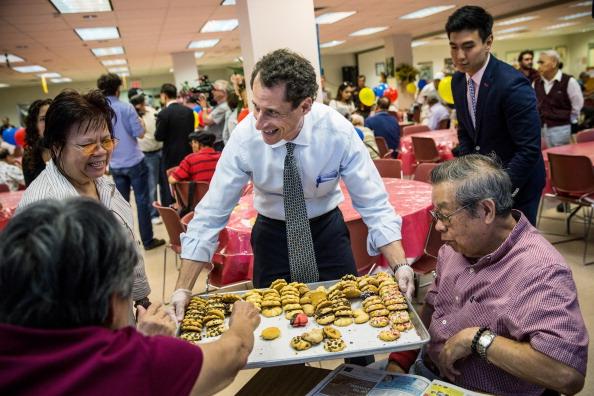 Andrew Burton「Anthony Weiner Visits Senior Center In Queens」:写真・画像(15)[壁紙.com]