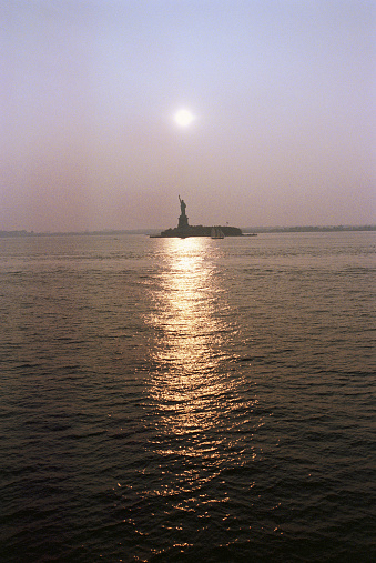 2002「USA, New York City, sunset over Liberty Island reflecting in water」:スマホ壁紙(10)