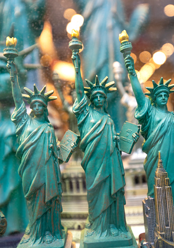 Gift Shop「New York city Statue of Liberty souvenirs for sale in gift store, New York, USA, North America」:スマホ壁紙(1)