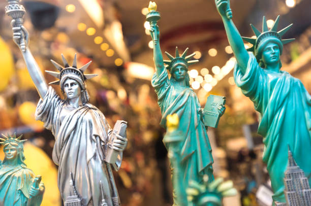 New York city Statue of Liberty souvenirs for sale in gift store, New York, USA, North America:スマホ壁紙(壁紙.com)