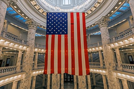 Idaho State Capitol「American Flag hanging in Idaho State Capitol」:スマホ壁紙(6)