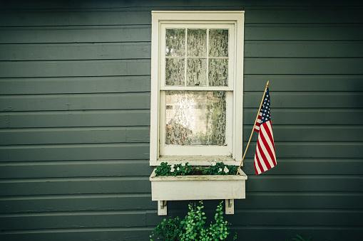 Patriotism「American flag in window box outside house」:スマホ壁紙(3)