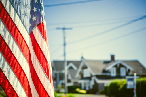 Focus On Foreground「American Flag and Neighborhood」:スマホ壁紙(2)