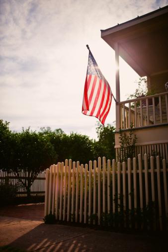 Vertical「アメリカ国旗の田園ハウス」:スマホ壁紙(3)