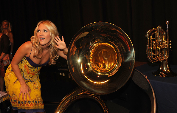 T 「ACM Entertainer of the Year Carrie Underwood and ACM Lifting Lives Donates Instruments To Checotah Public Schools」:写真・画像(19)[壁紙.com]