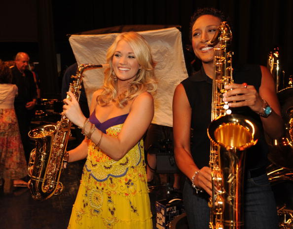 T 「ACM Entertainer of the Year Carrie Underwood and ACM Lifting Lives Donates Instruments To Checotah Public Schools」:写真・画像(18)[壁紙.com]