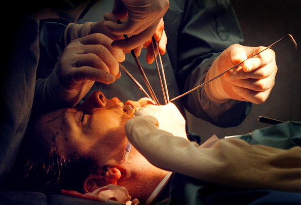 Remote Location「Celebrity Surgery: Dr John M Shamoun Operates Through An Incision Under The Chin Of Actre」:写真・画像(11)[壁紙.com]
