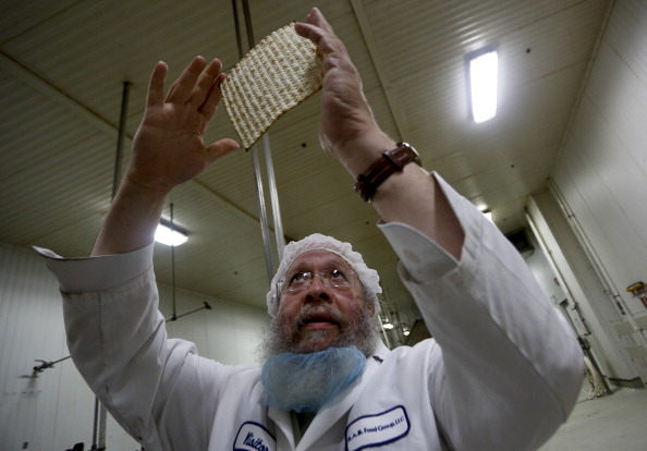 Looking Over「Matzo Made At Manischewitz Manufacturing Plant」:写真・画像(13)[壁紙.com]