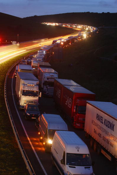 Waiting In Line「Trains Suspended As Lorry Catches Fire In Channel Tunnel」:写真・画像(6)[壁紙.com]