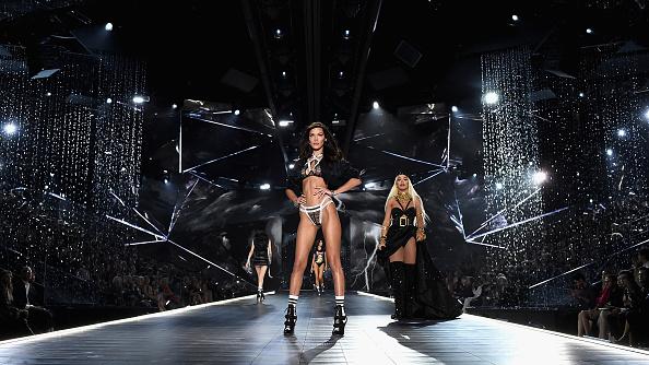 Catwalk - Stage「2018 Victoria's Secret Fashion Show in New York - Runway」:写真・画像(15)[壁紙.com]