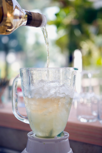 Pouring「Pouring tequila for margarita」:スマホ壁紙(17)