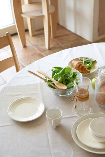 皿「Salad bowls on set dining table」:スマホ壁紙(7)