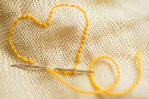 ハート「Stitched yellow heart」:スマホ壁紙(9)