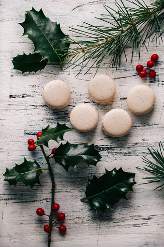 Biscuit「Macaroons with pine and holly branches」:スマホ壁紙(0)