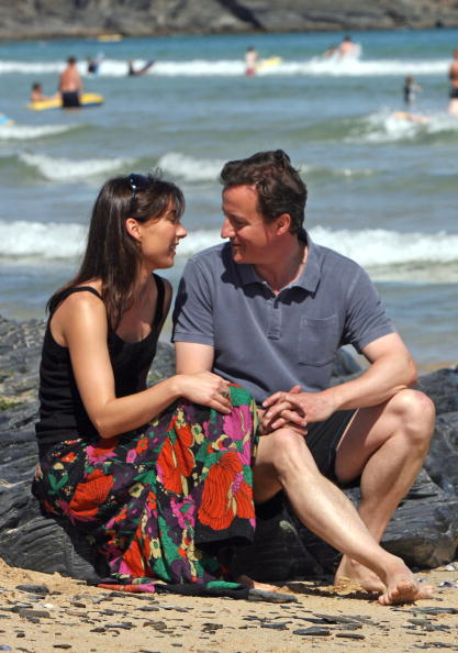 Holding Hands「David Cameron And Family Holiday In Cornwall」:写真・画像(9)[壁紙.com]