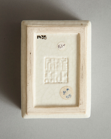 Rectangle「Soft paste rectangular vessel with characters in relief, early 19th century」:写真・画像(3)[壁紙.com]