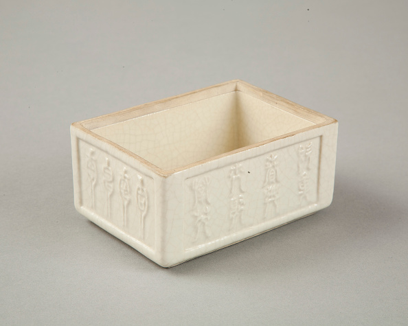 Rectangle「Soft paste rectangular vessel with characters in relief, early 19th century」:写真・画像(18)[壁紙.com]
