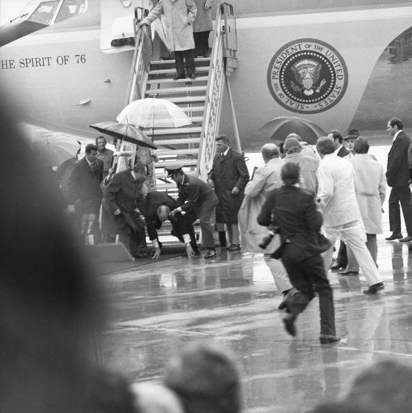 Global Business「Gerald Ford falls as he is leaving the plane」:写真・画像(18)[壁紙.com]